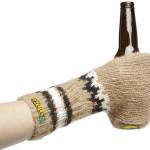 El guante Skuuzi, para beber sin que se enfríen los dedos